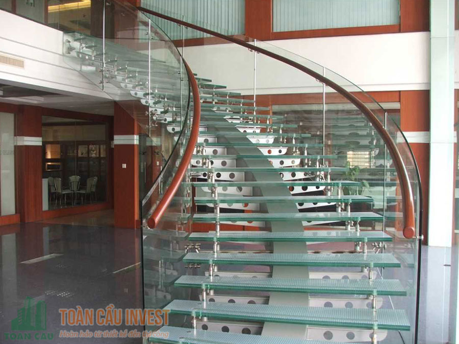 Cầu thang kính với tay vịn màu gỗ