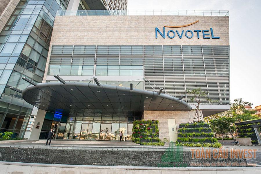 Mặt trước của khách sạn trên đường Bạch Đằng