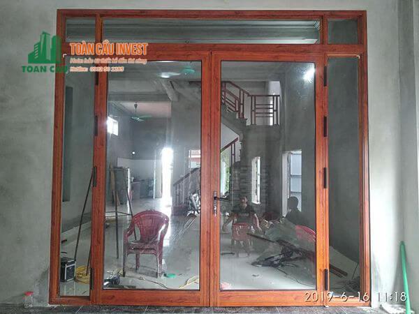 Mẫu cửa đi chính nhôm kính giả gỗ Xingfa