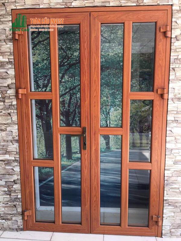 Mẫu cửa nhôm giả gỗ 2 cánh đẹp chia đố