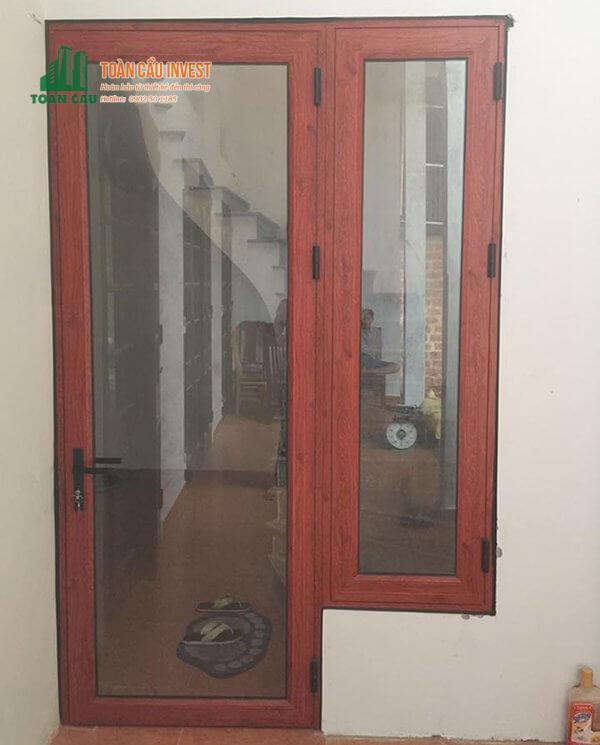 Mẫu cửa đi và cửa sổ nhôm kính giả gỗ