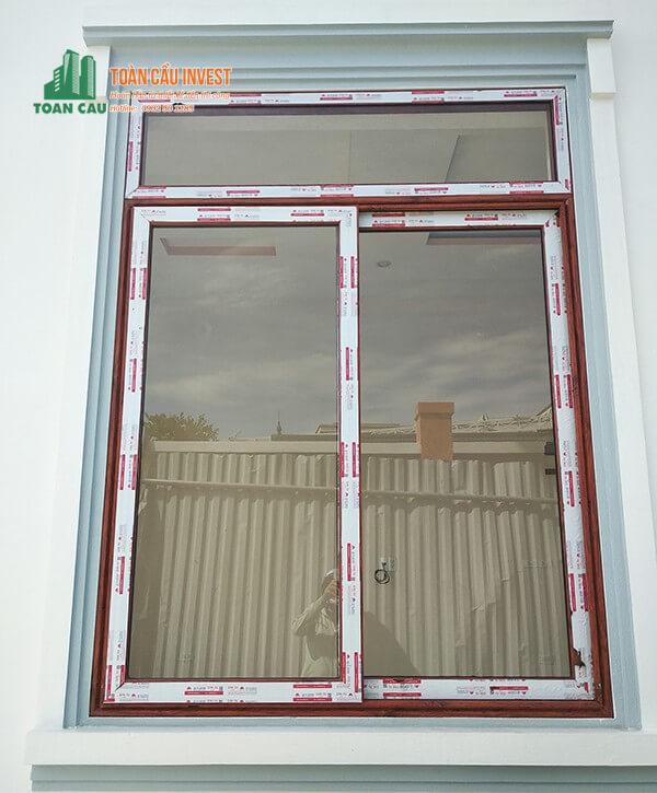 Mẫu cửa sổ nhôm Xingfa vân gỗ mở lùa