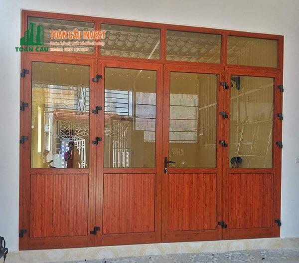 Mẫu cửa nhôm kính vân giả gỗ 4 cánh đẹp