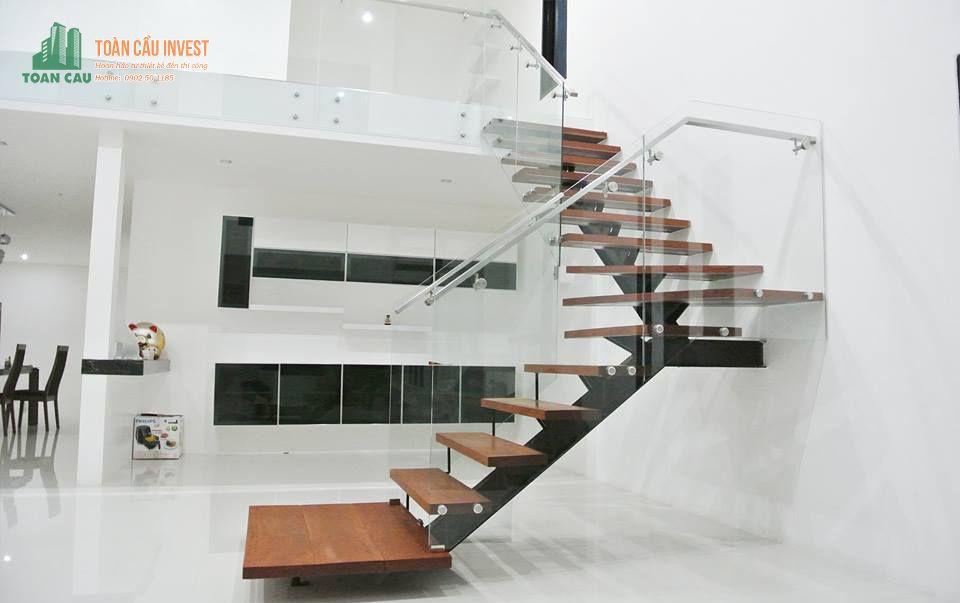 mẫu cầu thang kính nhà ống