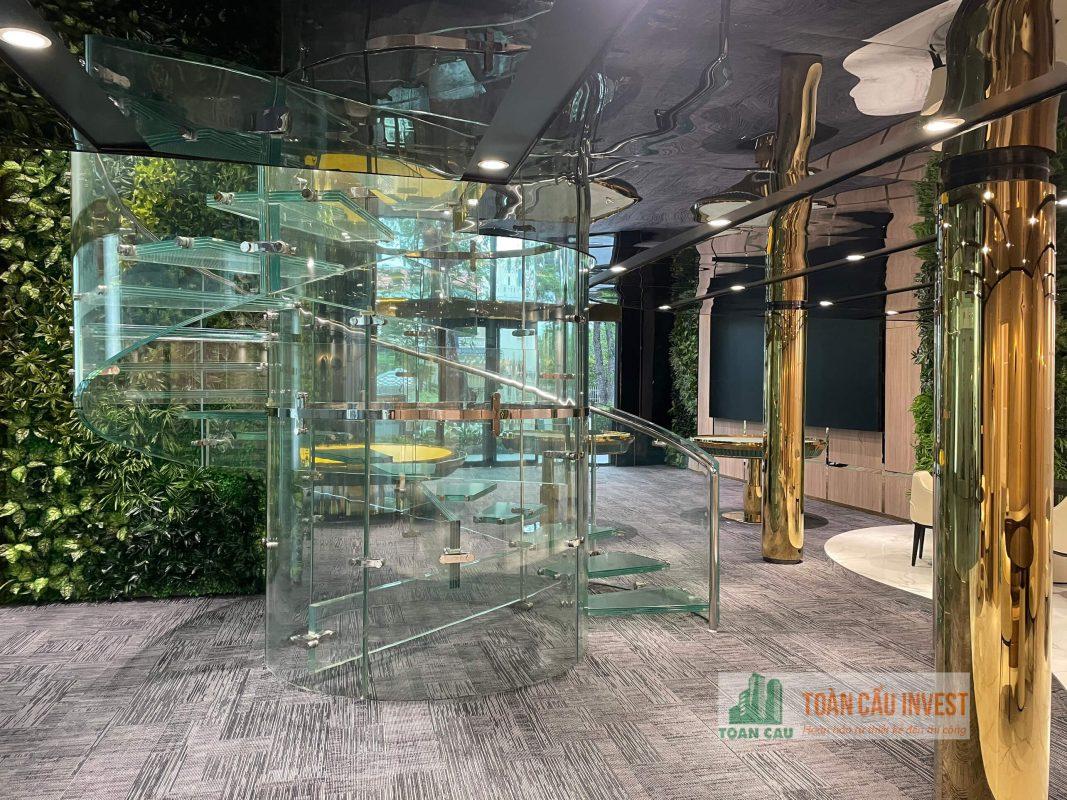 Hoàn thiện thi công cầu thang kính xoắn của Tập đoàn Địa Ốc Phú Long
