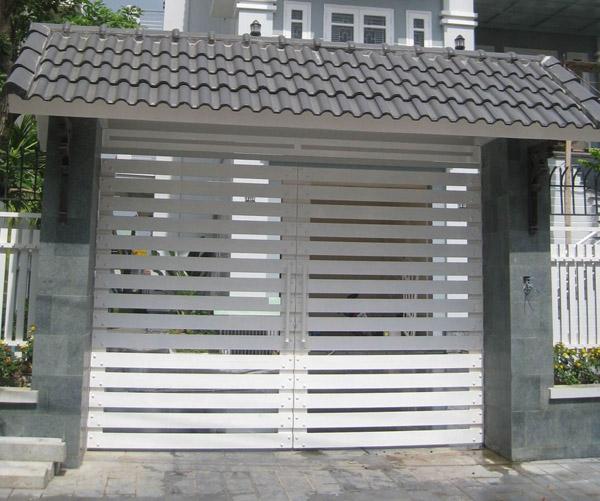 Cửa cổng sắt 2 cánh sơn trắng