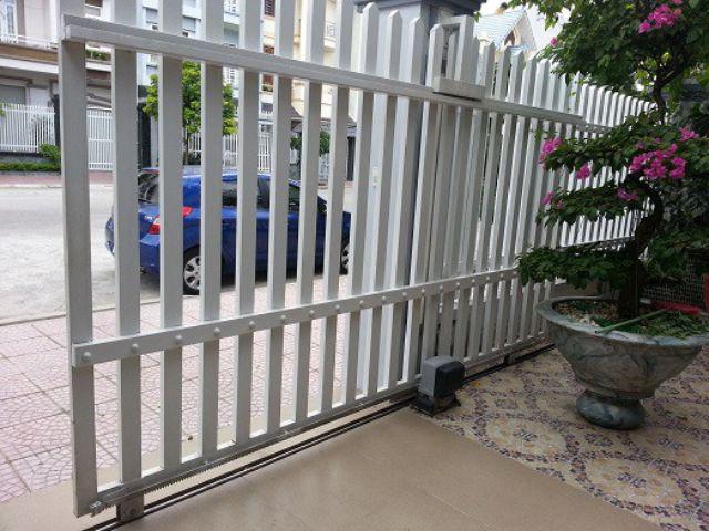 Mẫu cửa cổng sắt mở lùa sơn trắng