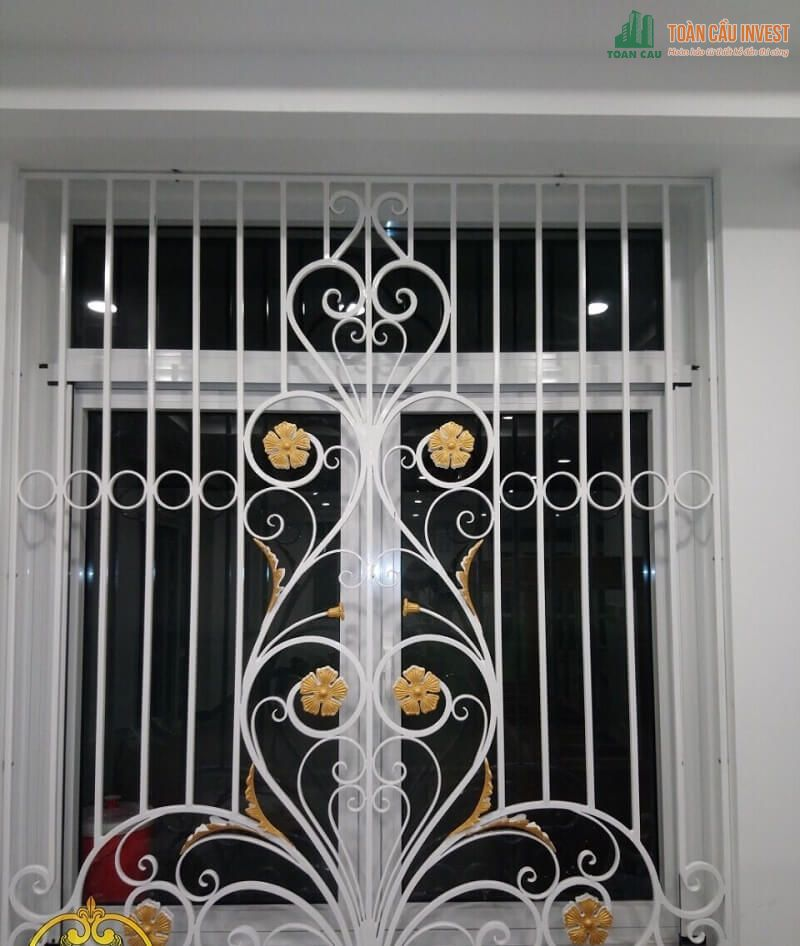 Mẫu khung sắt bảo vệ cửa sổ hoạ tiết hoa vàng