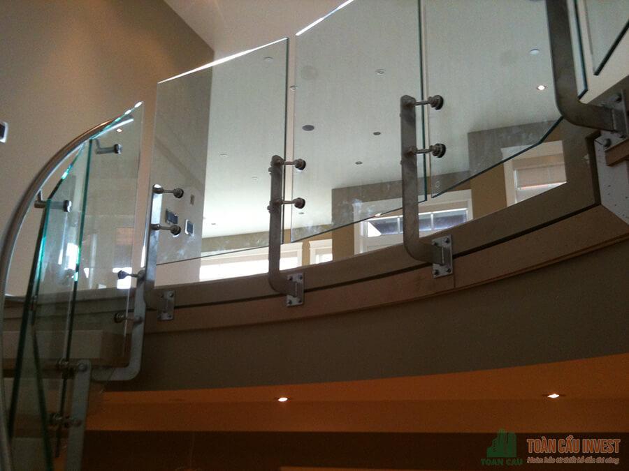 Lan can kính với nhiều kiểu thiết kế